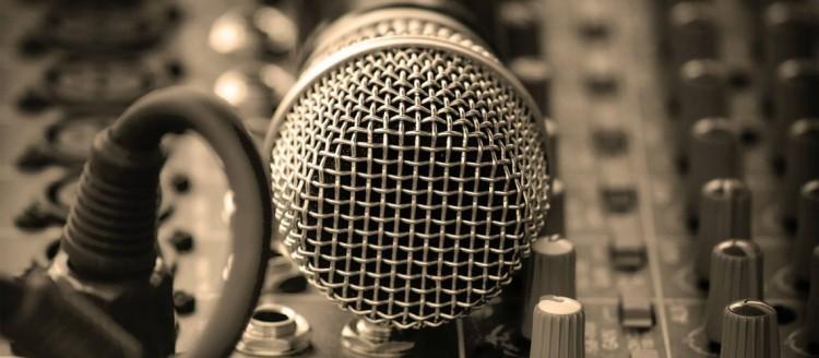 microphone-19139-1366x768-1140x500
